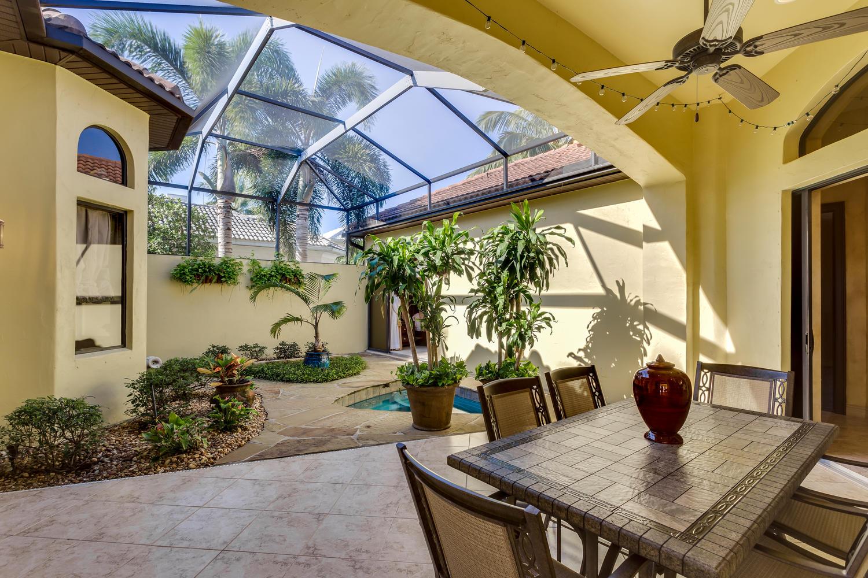 Atrium und privater Whirlpool im Ferienhaus
